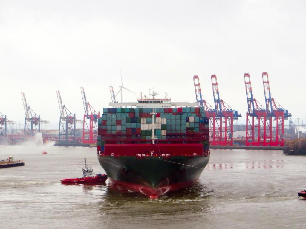 """Die """"CSCL Globe"""" mit einer Ladekapazität von 19.100 TEU am 13. Januar 2015 quer zum Strom beim Einparken. Schiffslänge 400 m, Drehkreisdruchmesser 480 m, internationaler Standard mindestens 1,5-fache Schiffslänge = 600 m."""