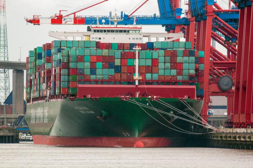 """""""CSCL Globe"""" am 15. Januar 2015 als derzeit größtes Schiff der Welt im Hamburger Hafen"""